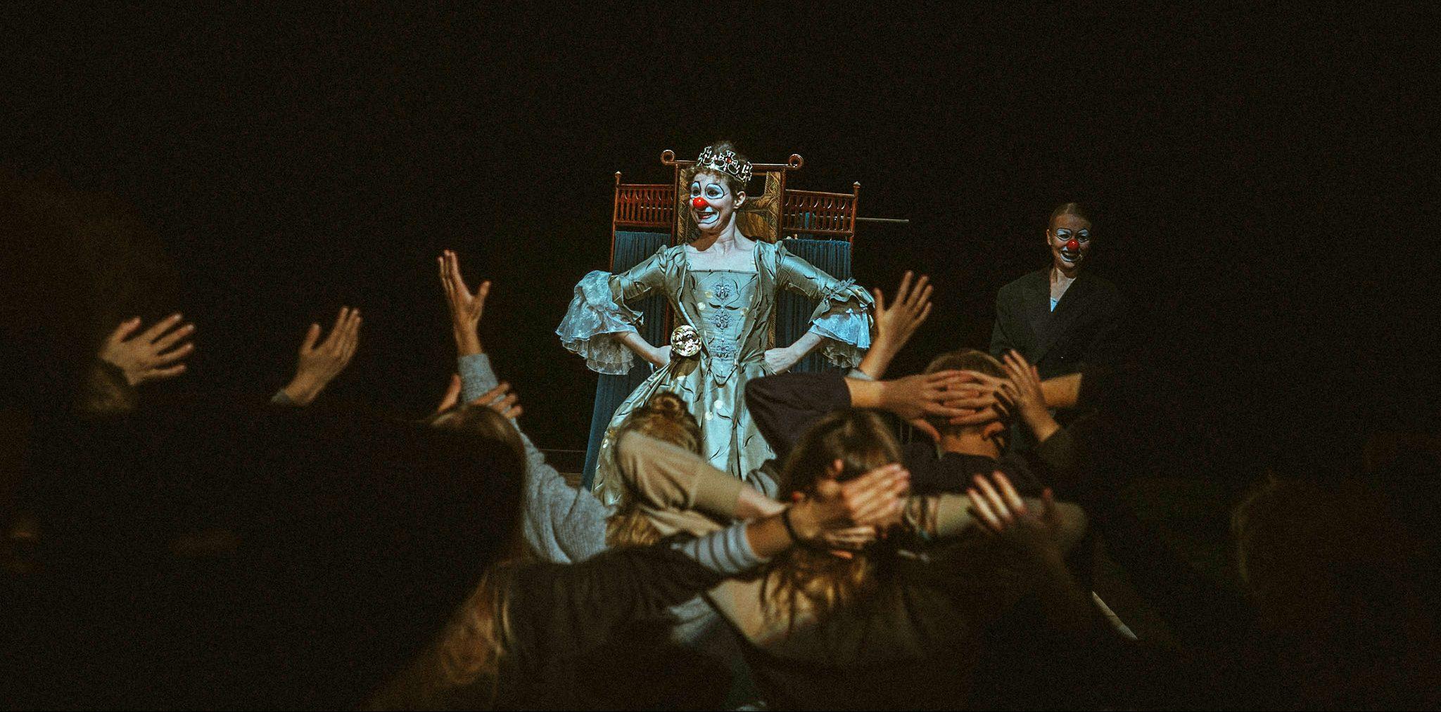 Babylon yleisön kanssa esityksessä.